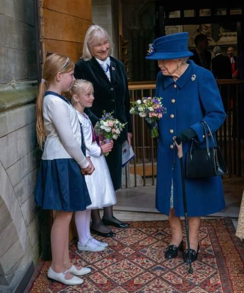 La reine d'Angleterre discutant devant l'abbaye de Westminster avec les enfants de chœur, le 12 octobre 2021.