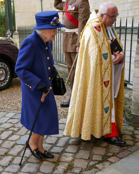 En rentrant dans l'abbaye de Wesminster, Elizabeth II, ici à côté de l'évêque, était aidée de sa canne.