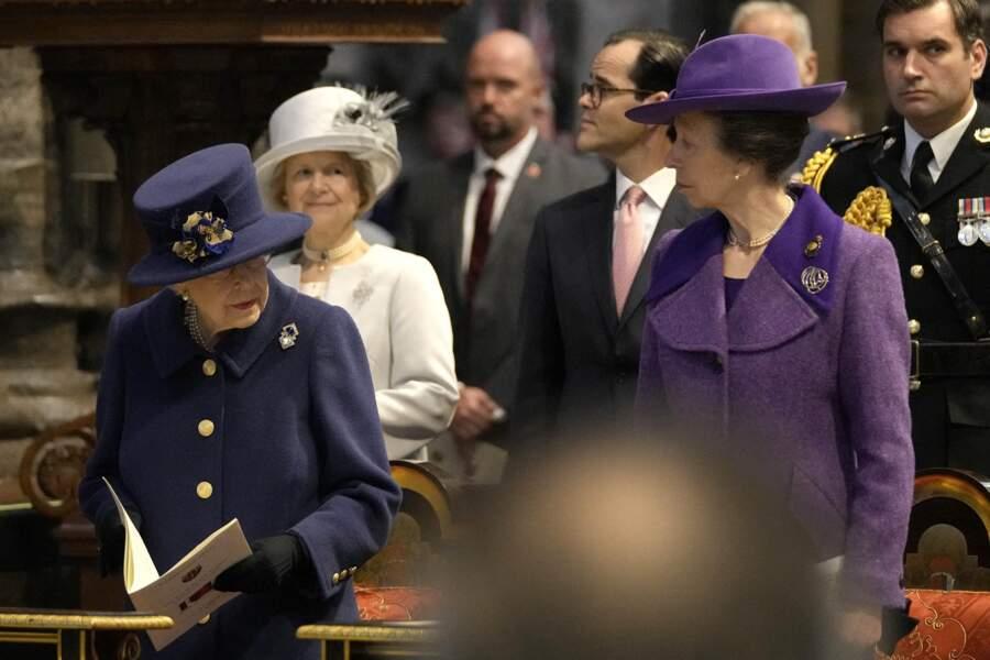Dans l'abbaye, lors du service d'action de grâce, Elizabeth II a laissé sa canne de côté sur son banc.