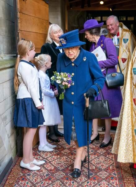 La reine d'Angleterre et la princesse Anne saluant le personnel de l'abbaye de Westminster et remerciant les enfants de chœur, le 12 octobre 2021.