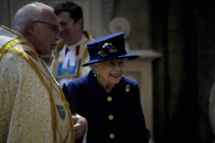 La reine d'Angleterre, suivie de près par la princesse Anne, après la cérémonie donnée en l'abbaye de Westminster, à Londres, Royaume Uni, le 12 octobre 2021.