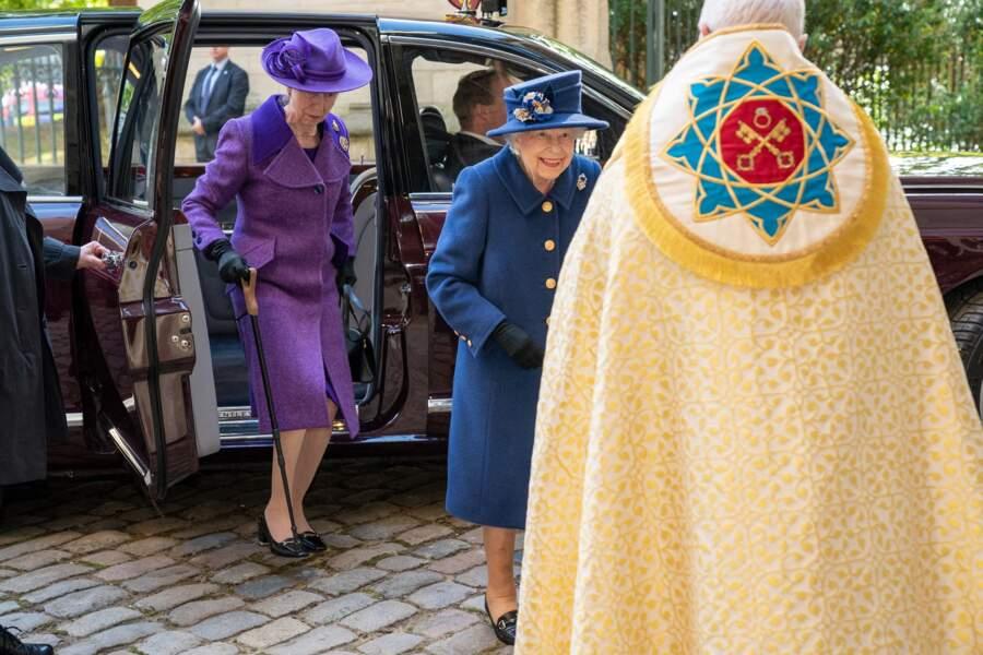 La princesse Anne a accompagné sa mère, la reine, à l'abbaye de Westminster, et lui a donné sa canne en sortant de la voiture.