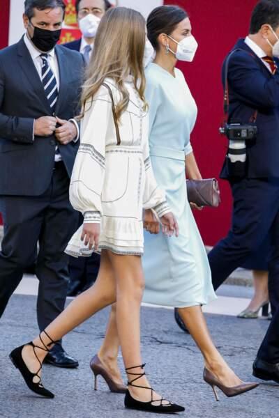 La reine Letizia d'Espagne et L'infante Sofia d'Espagne assorties dans des tenues de la même teinte
