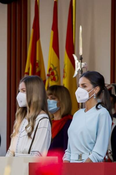 la reine d'Espagne et sa fille, l'infante Sofia d'Espagne, élégante et masquées