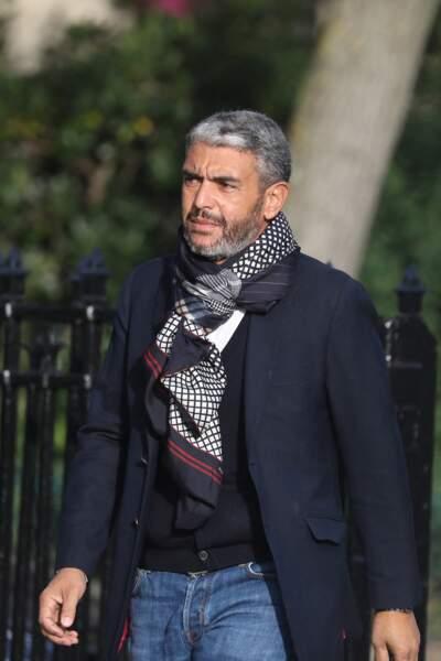 L'homme d'influence Ramzi Khiroun arrive seul aux obsèques d'Etienne Mougeotte en l'église Saint-François-Xavier à Paris, ce 13 octobre 2021