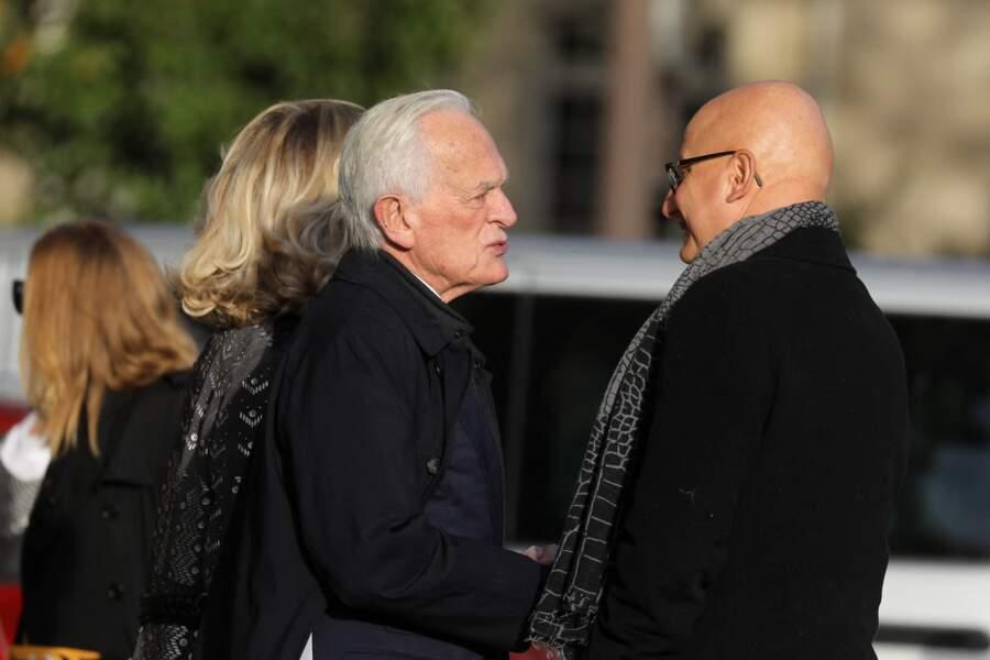 Philippe Labro et Ara Aprikian, arrivent aux obsèques d'Etienne Mougeotte en l'église Saint-François-Xavier à Paris, et échangent devant le parvis ce 13 octobre 2021