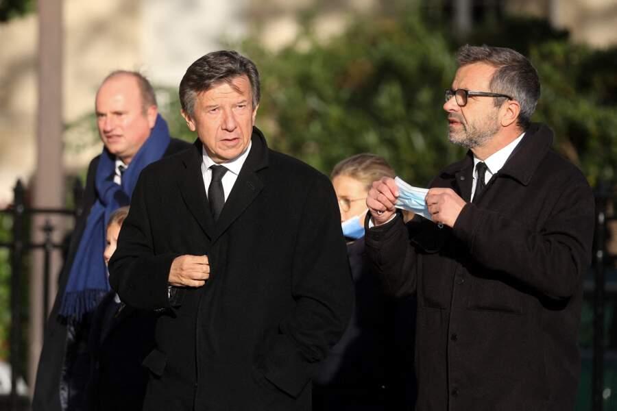Gilles Pélisson arrive accompagné aux obsèques d'Etienne Mougeotte en l'église Saint-François-Xavier à Paris, ce 13 octobre 2021.