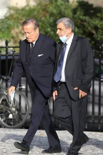 Charles Villeneuve et son invité arrivent aux obsèques d'Etienne Mougeotte en l'église Saint-François-Xavier à Paris, ce 13 octobre 2021